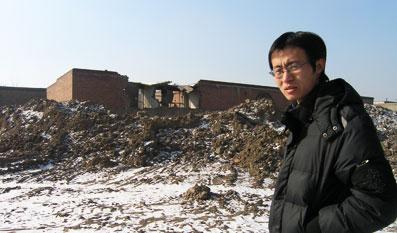 """房子被拆了,父亲被打死了,文弱的孟建伟要""""按照程序""""替父申冤。――本报记者 杜光利 摄"""