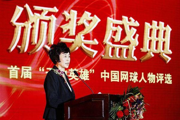 图文:李娜出席中国网球人物颁奖 孙晋芳发言中