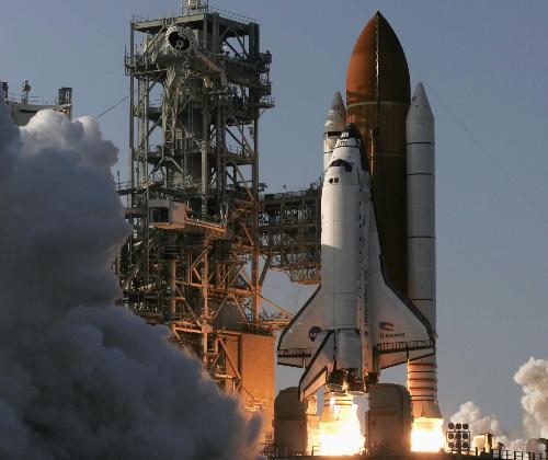 发现号航天飞机从佛罗里达州肯尼迪航天中心发射升空