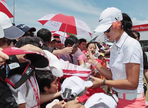 图文:汇丰女子赛第三轮 魏圣美很受欢迎