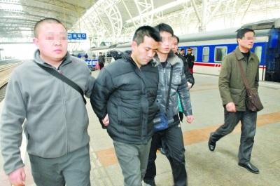 男子取款机前持砖伤人抢钱 火车上被抓获(图)
