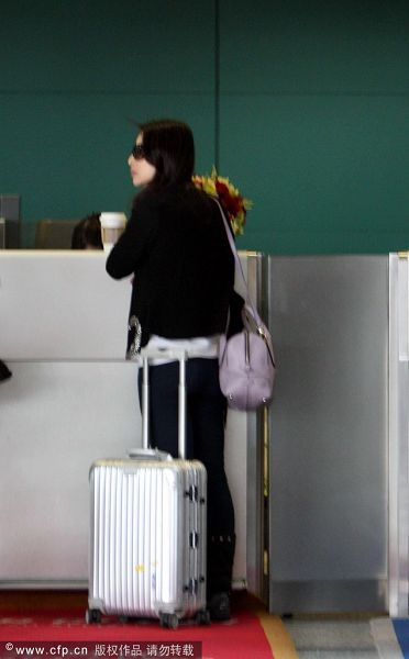 拉行李箱的背影图片 简笔画