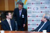 图文:第15届LG杯颁奖仪式 朴文��与赞助商交谈