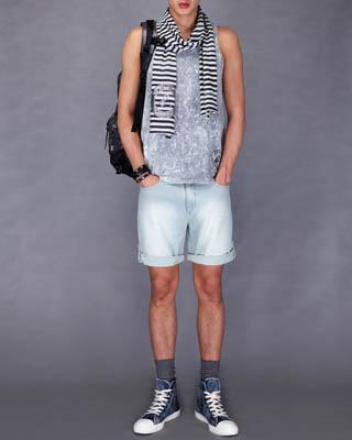 sport b.浅色牛仔短裤