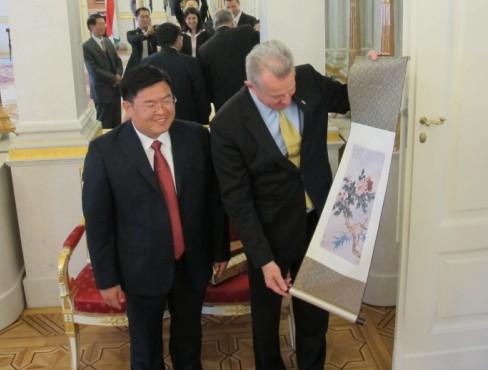 图为总统先生与梅主任观赏中国字画。