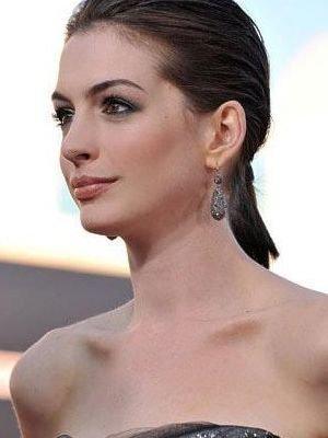 典型的金发美女 侧式盘发更有大姐风范