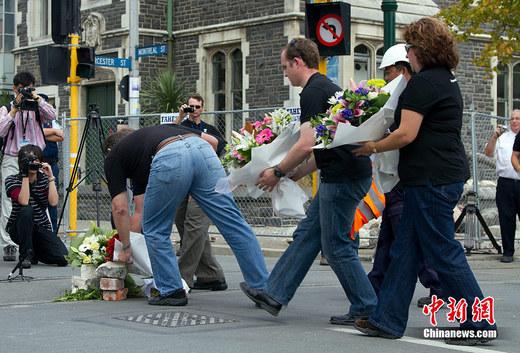 民众摆放鲜花和蜡烛哀悼新西兰枪击案遇