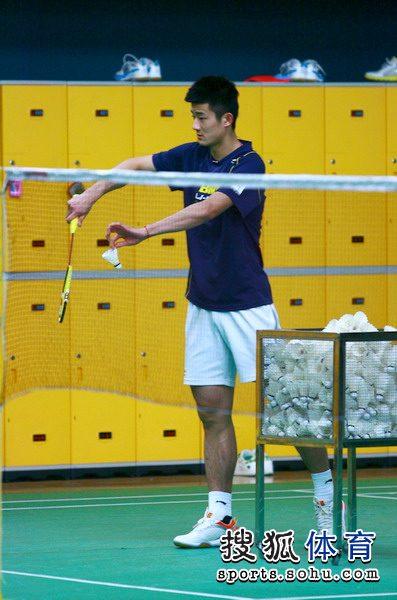 图文:王琳参与国羽训练 谌龙单练发球