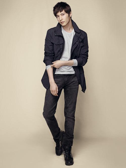 着中线的西裤,白衬衫系在皮带里面搭配红领带,厚底正装皮鞋,展露