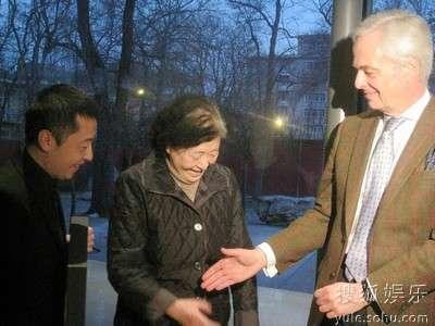 贾樟柯母亲与荷兰大使握手