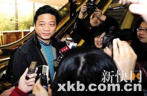 全国政协委员崔永元到全国两会驻地报到,记者们紧追采访。