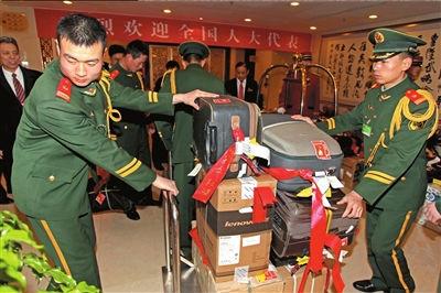 代表行李集中到达,驻地武警帮忙搬运。本报记者王海欣摄