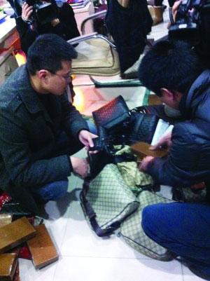工作人员正在检查假冒包具