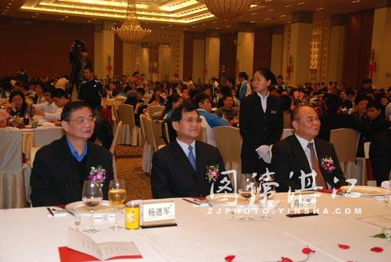 国家武术运动中心主任高小军、广东省体育局局长杨�军和房胜堂先生在主席台就坐