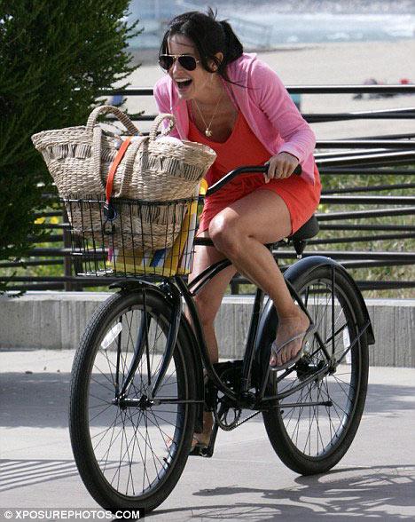 好莱坞明星中,自行车已经成了最好的健身方式,因为骑自行车可以图片