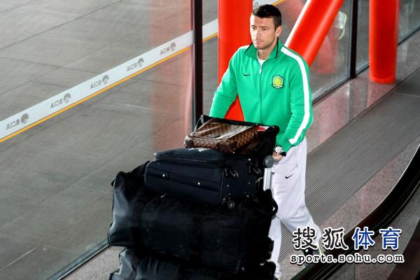 图文:国安结束拉练抵京 马季奇行李不少