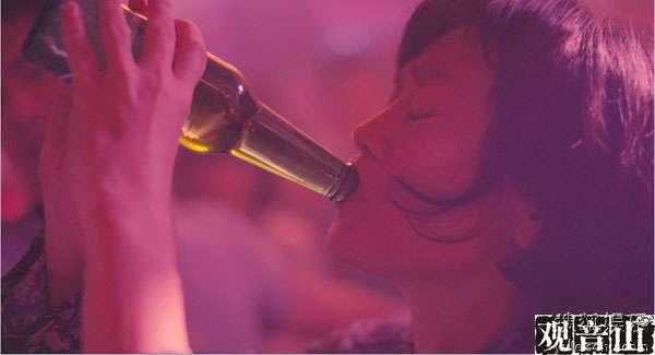《观音山》精彩剧照之张艾嘉酒吧豪饮