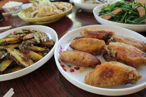 青瓜沙律清新惹味,鸡翼煎得香脆不油腻,都是山涧会的招牌菜。