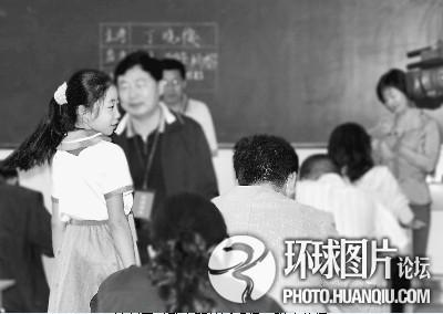 最让人震惊-原来,这是该校五、六年级在做测验,有近百名学生.一名老师说: