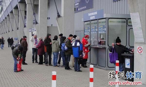 一些科特布斯球迷赶到球场这里直接买票入场