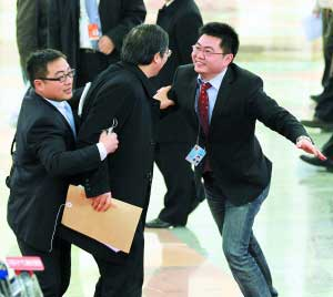 堵住了 人群中,两位记者发现了人民银行副行长、外汇管理局局长易纲,跑过去拦下,希望易纲接受采访。