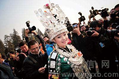 @张志韬:贵州团全国人大代表雷阿幼朵是昨日最受摄影记者喜爱的代表,不解释。