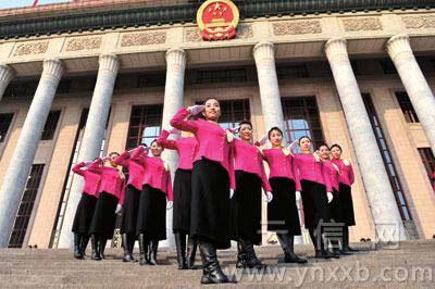 """@张志韬:代表委员驻地宾馆,一群礼仪小姐在留影,一会儿排成""""一""""字,一会儿排成""""A""""字……"""