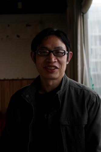 """2011年2月27日,成都下午,曾被称为""""范跑跑""""的范美忠笑容灿烂。"""