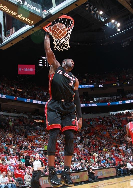 韦德/图文:[NBA]公牛横扫热火 韦德轻松扣篮...