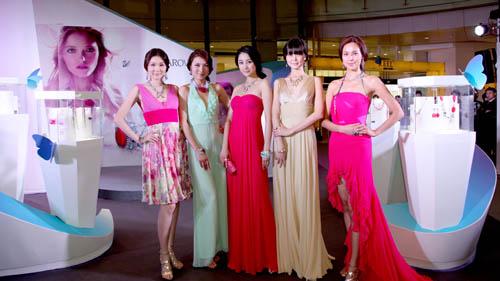 模特们一一亮相,展现2011年施华洛世奇新款首饰与配饰的夺目光彩。