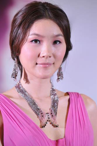 模特展现2011年施华洛世奇新款首饰与配饰的夺目光彩。