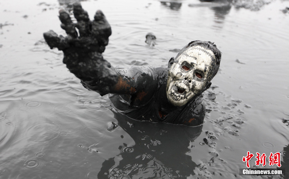 巴西狂欢节 男女共享激情泥浴