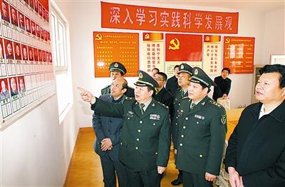 军队人大代表谈文虎履行职责(图)