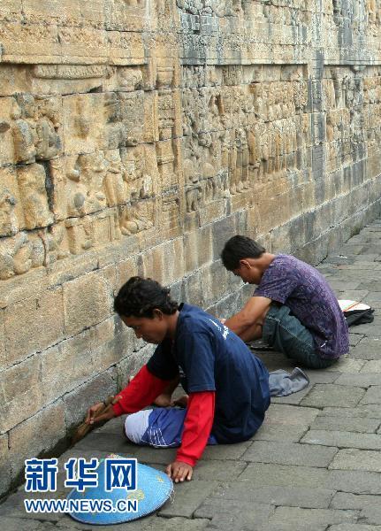 印尼世界遗产婆罗浮屠佛塔火山灰清理接近尾声