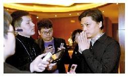 小崔被记者堵在厕所外,就引用错数据一事道歉。本组摄影 本报记者 胡雪柏