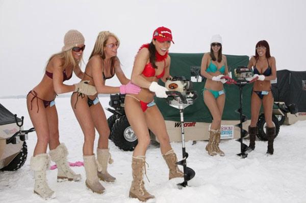 不惧寒冬,身穿比基尼的美女冰上钓鱼队