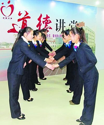 大学生练习握手鞠躬(图)