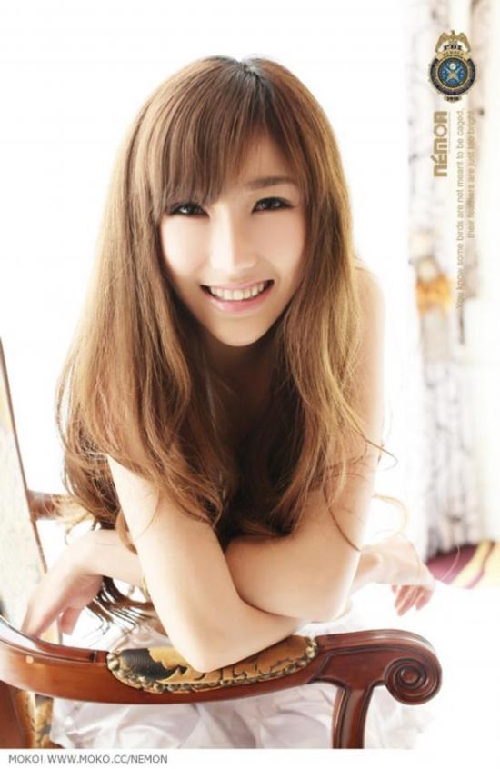 90后的小美女张祺瑞拍摄性感大尺度靓丽写真