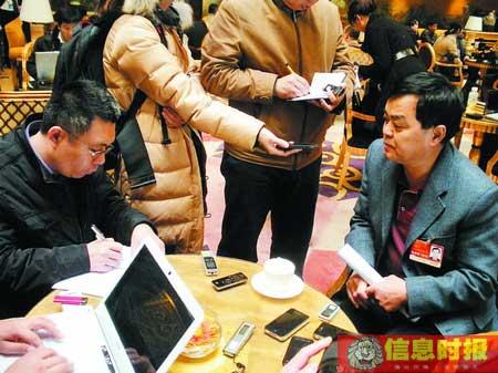 全国人大代表、中山市中山纪念中学校长贺优琳(右)接受信息时报记者采访