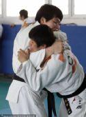 图文:佟文解禁后首次训练 佟文抱住对手