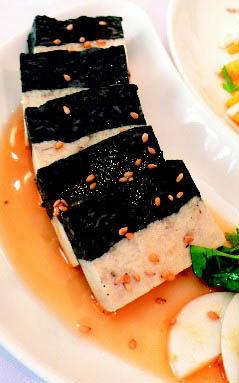 鸳鸯豆腐:有机石磨豆腐配上墨鱼汁豆腐,双色搭配成「鸳鸯」;再淋上芝麻与麻油酱汁提味。