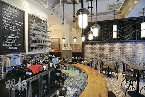餐厅正门设半圆形酒吧,气氛轻松。 砖墙挂上黑板(图左),大家别错过写在上面的是日special。