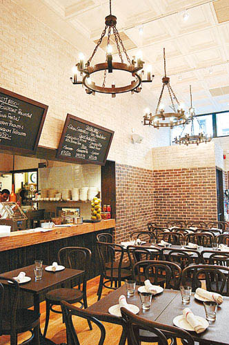 餐厅以白色作设计主调,装修则用上木、砖等接近天然气息的物料,感觉清新。