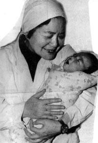 著名的产科专家张丽珠教授怀抱刚出生的试管婴儿郑萌珠