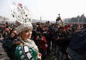 苗族女代表每天带数斤银饰参会:为保护民族文化