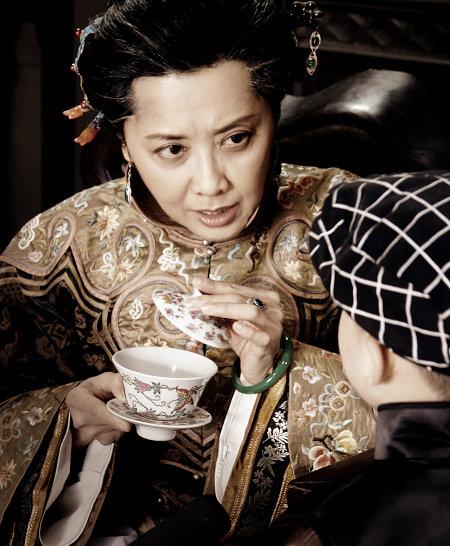 朱琳饰演的辛老夫人是家里的主心骨