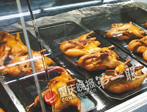 """超市熟食品柜销售的""""樟茶板鸭"""""""