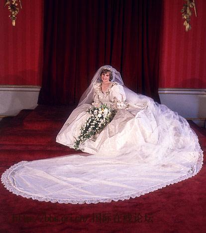 3 英国戴安娜王妃-世界各国皇室婚纱大比拼