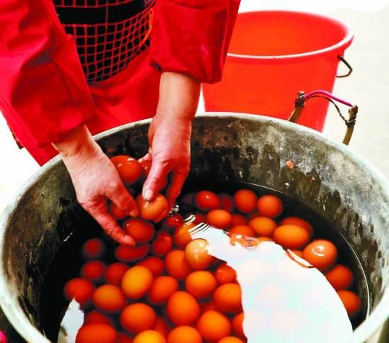 洗干净的鸡蛋正被放入童子尿中,童子蛋开煮