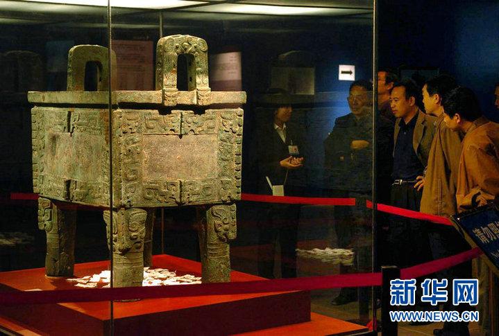 资料图片:游客在殷墟博物馆参观司母戊大方鼎(2005年10月摄...